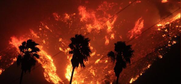 Inferno na Califórnia: vento de Santa Ana volta a atacar