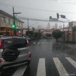 Temporal faz córrego Ipiranga transbordar em São Paulo