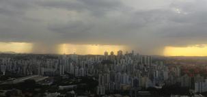 Tempestade alaga ruas e arrasta carros em Belo Horizonte