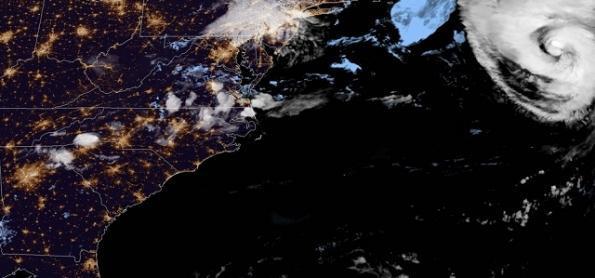 Furacão cat 2 se afasta da costa leste dos EUA
