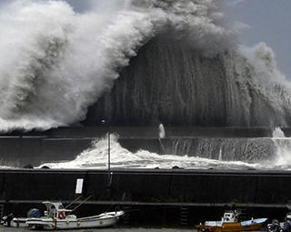 Tufão mais forte dos últimos 25 anos atinge costa do Japão