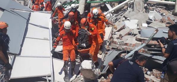 Indonésia busca sobreviventes em meio a caos e devastação