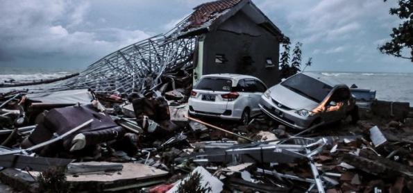 Tsunami mata pelo menos 222 pessoas na Indonésia