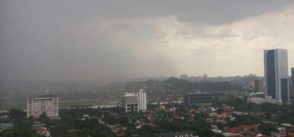 Chuva forte alaga em São Paulo e córrego Ipiranga transborda