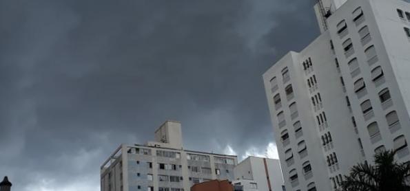 Chove forte e córregos transbordam no Grande ABC