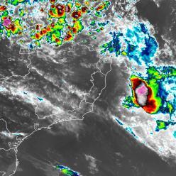 Iba se afasta do Brasil, mas provoca vento e chuva forte no mar