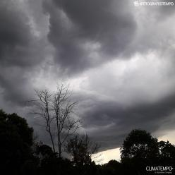Vento passa de 100 km/h em Cuiabá durante chuva forte