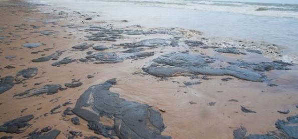 Óleo derramado no Nordeste pode atingir o RJ nos próximos dias