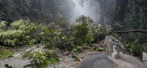 Com chuva volumosa, barreira cai na Rio-Petrópolis