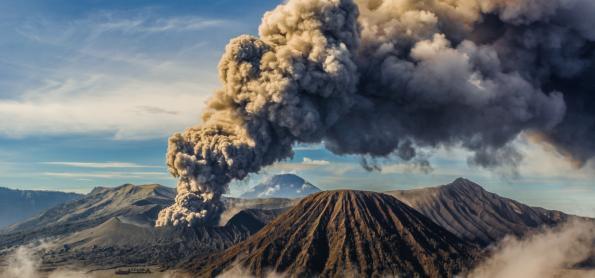 Vulcão expele lava e gera tensão nas Filipinas