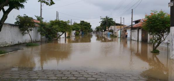 Chuva volumosa causa queda de barreira no litoral de SP