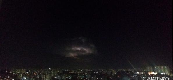 Nuvens com raios do litoral são vistas de São Paulo