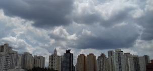Janeiro termina quente e com pancadas de chuva em SP