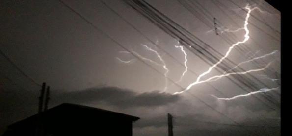 Risco de raios e de chuva forte em quase todo o país nesta terça