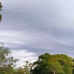 Frente fria associada a ciclone provoca chuva e ventania no Sul