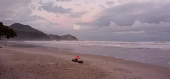 Frente fria causa muita chuva no litoral de SP e do RJ