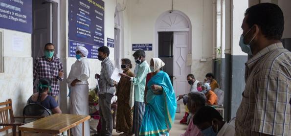 Fake news ajudam a acelerar pandemia na Índia