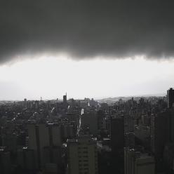 Dia vira noite com passagem de temporal sobre o RS