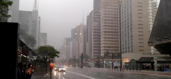 Frio e chuva: tempo segue instável neste domingo em SP