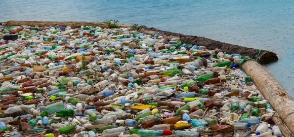 Poluição por plásticos deve duplicar até 2030