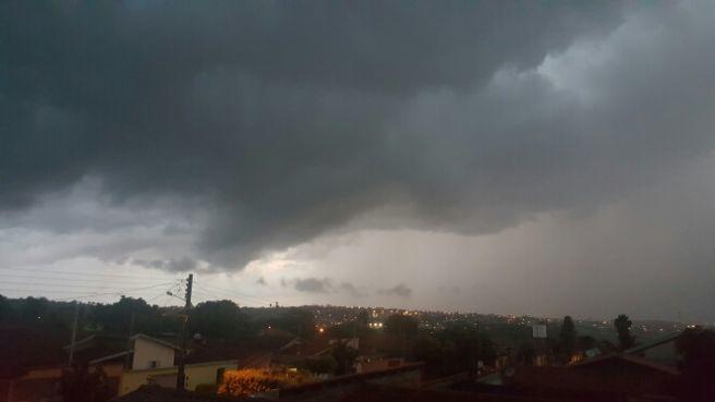Chuva Forte na Grande Goiânia. Nuvens muito carregadas se aproximando. ded9b44bcbe84