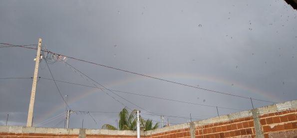 Chuva fraca  com um belo arco-íris.