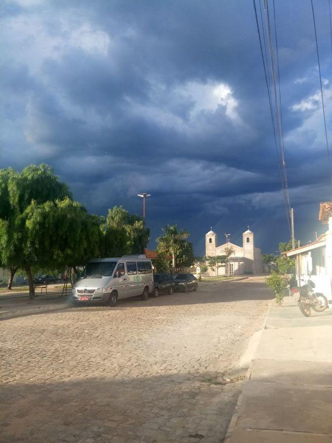 Fim de tarde com trovoadas, mas sem chuva em Sodrelândia - Ipupiara, Bahia.