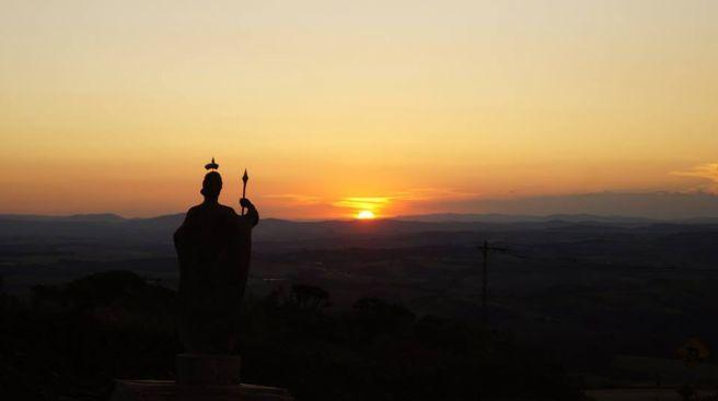 Lá se vai 9 de fevereiro com vista do portal de São Thomé das Letras...