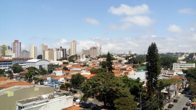 """Nuvens da brisa marítima (outra foto) """"estacionadas"""" ao fundo em Santo André - SP"""