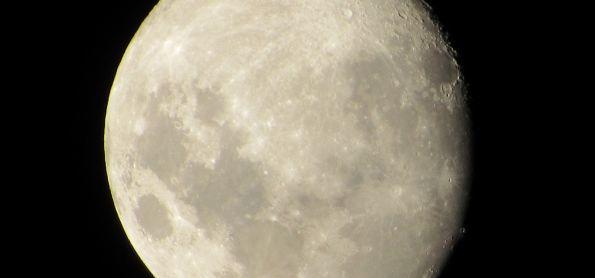 Lua crescente quase cheia.