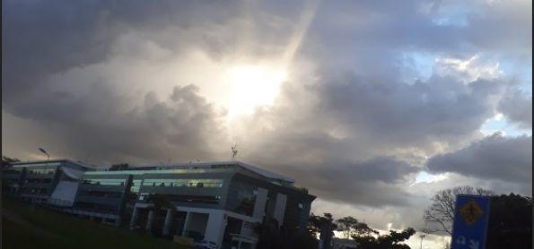 Sol (ou Deus para alguns) entre nuvens de chuva em Brasília