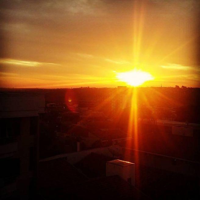sol nasce mas continua gelado frio em Marília