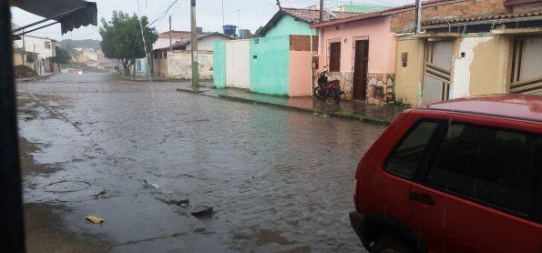 Depois de muito calor volta chover em Cruz das Almas- BA