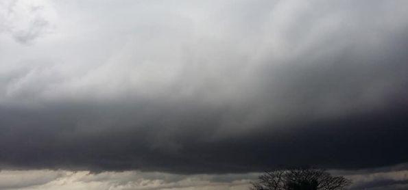 A semana começou com muito vento,chuva e raios...