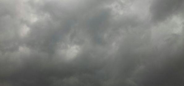 Céu carregado e vento forte.