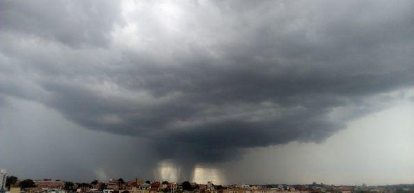 Incrível céu em Bh, isso é so chuva ou tornado tambem?
