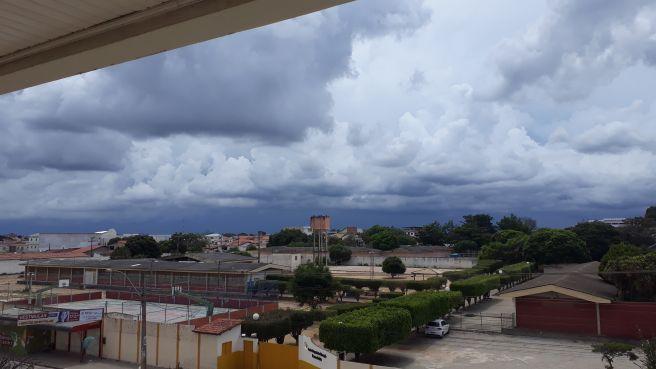 TEMPORAL SE APROXIMA DE VITÓRIA DA CONQUISTA-BA. Nuvens bastante carregadas  ... 27b1ba6bdd8fe