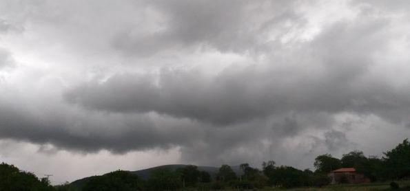 Nuvens pretas em zona rural de Brumado