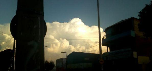 cumulonimbus muito grande ao sul da cidade de juazeiro do norte