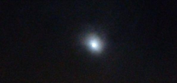 Noite fria em curitiba lua entre nuvens