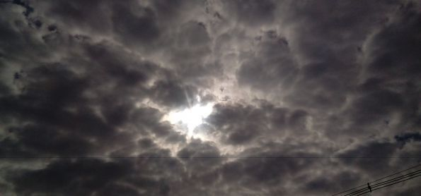 Sol com muitas nuvens em curitiba