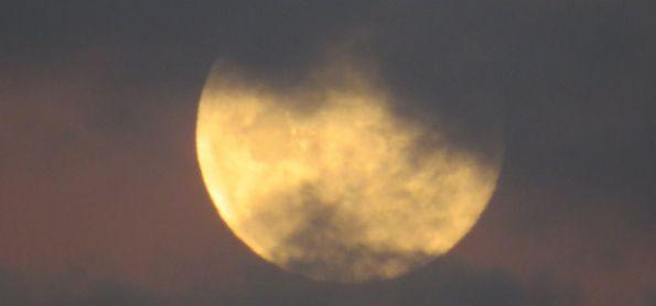 Nascer da lua de 16 de junho em São Thomé das Letras . É uma paixão