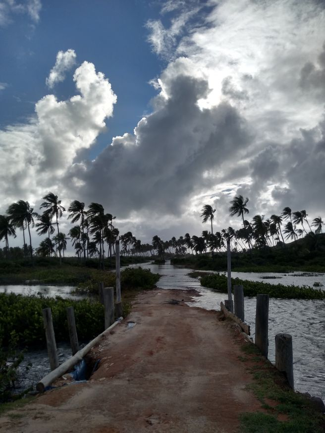 Mar agitado e restinga alagada na região de Porto de Sauípe, Litoral Norte baiano, desde as chuvas de 8 e 9 de junho.