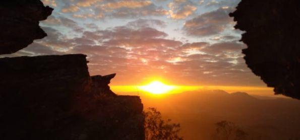 Nascer do sol de 16 de junho lindo na Montanha