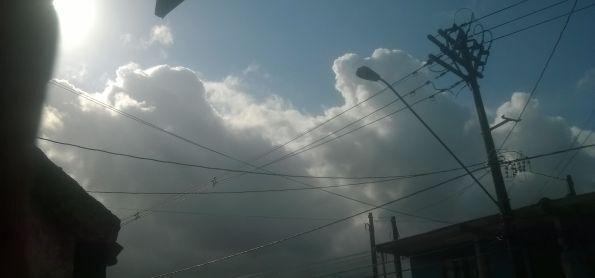 Após manhã de sol, cumulus-nimbus vêm da Serra do Mar para o LitoralSP