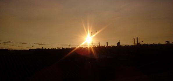Por do sol nesta tarde na cidade de industrial de curitiba nesta quarta feira fria