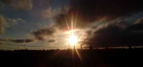 Quinta feira com por do sol ba cidade industrial muito fria