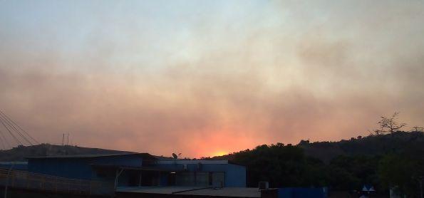 Calor e muita fumaça em Coronel Fabriciano (MG)