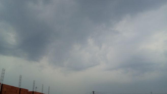 Nuvens cincentas cobre o ceu de curitiba