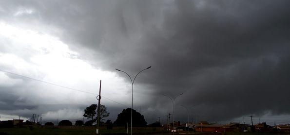 Chuva segue na região de Ivinhema - MS.